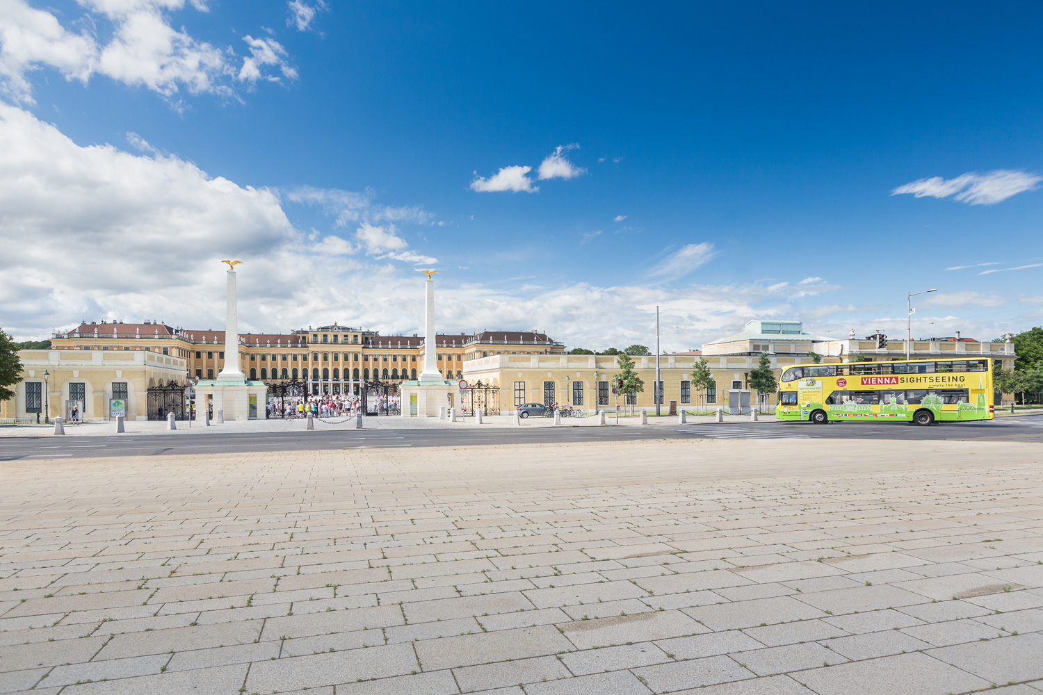 Vienna Sightseeing Tours in front of the Schoenbrunn Palace (c) VIENNA SIGHTSEEING TOURS/Maximilian Rosenberger